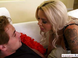 बड़े स्तन सुनहरे बालों वाली एमआईएलए नीना शरारती शरारती पर ले जाता है