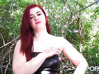 जनता में मोटी लाल बालों वाली किशोर