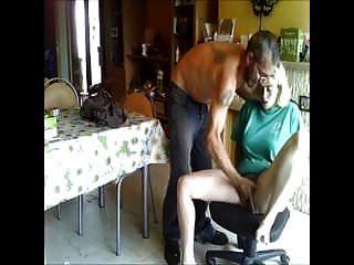 अपनी पत्नी को बनाने की कोशिश कर रहा है