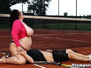 टेनिस कोर्ट पर चंकी बीबीडब्ल्यू साठवें