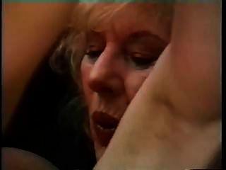 बड़े स्तन दादी एक युवा आदमी seduces और उसे पीटने है