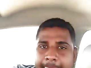 कार के अंदर अपने प्रेमी के साथ भारतीय लड़की