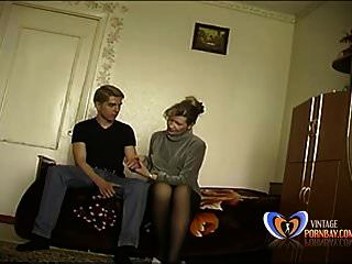फूहड़ सौतेली माँ उसके 19 साल के बेटे को उसकी कौमार्य खो देता है