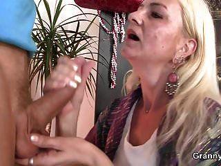 पतली दादी उसे झबरा योनी drilled हो जाता है