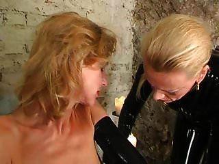 लेटेक्स गुलाम लड़की को रबर की मालकिन द्वारा प्रताड़ित किया गया