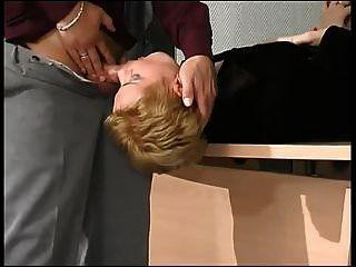 ब्लोंड मिल्फ ड्रिल्ड में उसकी ब्लैक पेंटीहोज