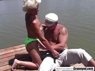 एक झील के बगल में दादी का पुतला