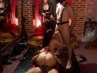 मालकिन गैब्रिएल अपनी महिला और पुरुष दासियों के साथ चिल्लाती हैं