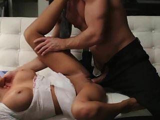 busty श्यामला और सोफे में गर्म सेक्स
