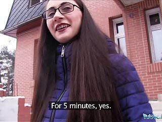 सार्वजनिक एजेंट युवा रूसी एक बड़ा मुर्गा कमबख्त चश्मे में