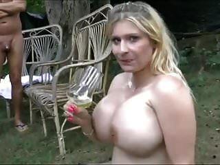विशाल स्तन लड़कियों पेशाब की बहुत निगल