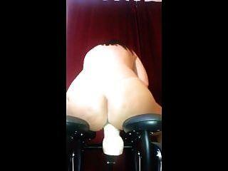 डिल्डो उसकी नई कुर्सी के साथ खेलते हैं