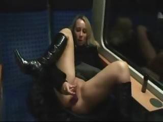 एक ट्रेन में युगल चुदाई