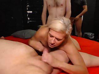 सेक्सी जर्मन दादी गैंगबैंग