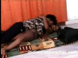 पति के साथ भारतीय पत्नी