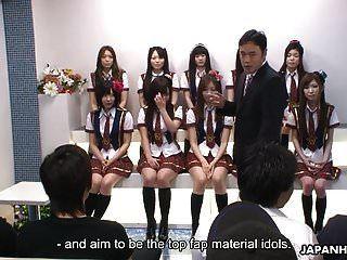 जापानी स्कूली छात्राएं मूर्ति के दौरान कुछ शरारती चीजें करती हैं
