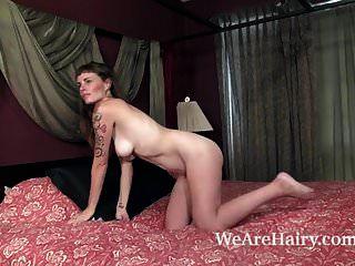 लीला लार्सन नग्न आराम करने के लिए तैयार हो रही है
