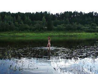 वोल्गा नदी में नग्न तैराकी