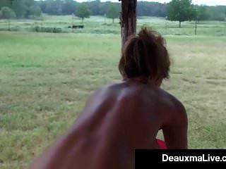 बस्टी कौगर deauxma तेलों ऊपर और व्यायाम उसके पोर्च पर नग्न!