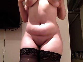 एक डिल्डो पर लड़की पंजा