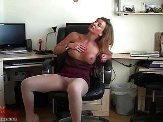 सेक्सी सचिव सरासर pantyhose में निभाता है