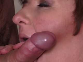 jelena अच्छे स्तन के साथ परिपक्व है और एक युवा स्टड को चोदता है