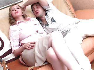 गर्म रूसी गोरा सोफे में गुदा कर रही है