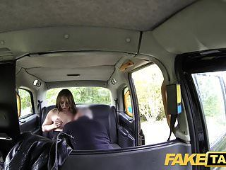 नकली टैक्सी saucy minx उसे संतुष्ट करने के लिए बड़े मुर्गा cabbies की जरूरत है