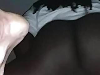 सफ़ेद फूहड़ उसकी चूत को तब तक रगड़ता है जब तक वो मेरे काले लंड को सहला नहीं देती