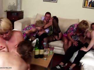 पागल माताओं और बेटों के साथ पागल निजी पार्टी
