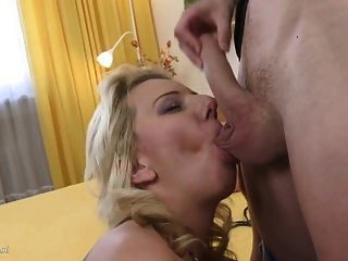 सेक्सी माँ और युवा बेटे के साथ वर्जित होम सेक्स