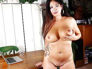 बड़े स्तन और बिल्ली के साथ परिपक्व अमेरिकी माँ