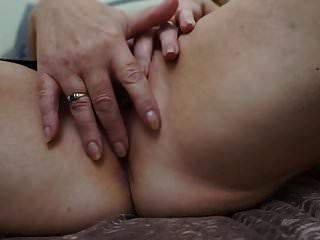 बड़े कामुक स्तन के साथ ब्रिटिश सींग का बना दादी