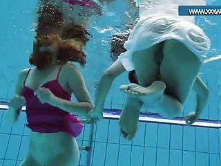 पूल में गर्म कपड़े पहने किशोर