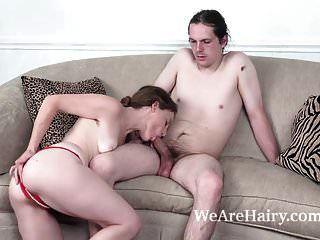 अना मौली अपने लिविंग रूम में कठिन सेक्स का आनंद लेती है