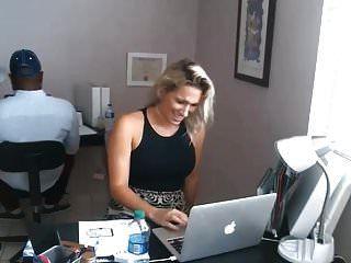 वेश्या काम पर स्तन से पता चलता है