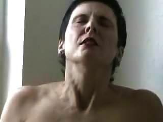 वह खिड़की के सामने हस्तमैथुन करती है