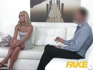 नकली एजेंट प्यारा गोरा मॉडल गड़बड़ कुत्ते शैली प्यार करता है