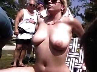 एक दर्शकों के लिए सार्वजनिक प्रदर्शन
