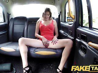 शॉर्ट ड्रेस में नकली टैक्सी लेडी को एक टैक्सी क्रीमपाइ मिलती है