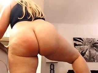 गर्म युवा बीबीडब्ल्यू उसे dildo चूसने और उसके शरीर दिखावा