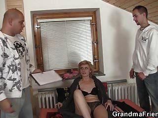 60 साल की पतली दादी दो आदमियों को खुश करती है