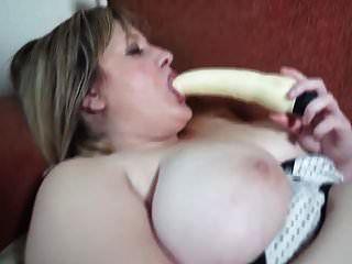 बड़े प्राकृतिक स्तन के साथ सुंदर परिपक्व माँ