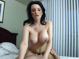 सेक्सी माँ और गंजे बेटे के साथ वर्जित होम सेक्स