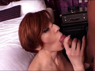 सेक्सी लैटिना लाल सिर एमआईएलए घर में यौन संबंध रखने वाले!