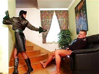 सुंदर मालकिन रेनता काला अपने दास लड़के का आनंद लेती है