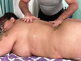 विशालकाय उल्लू एशियाई बीबीडब्ल्यू मिस लिंगलिंग को एक सेक्स मालिश मिलती है