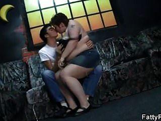 बड़े स्तन महिला अपने युवा मुर्गा सवारी