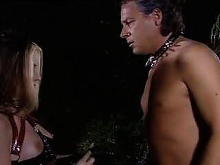 बेहद खूबसूरत गोथिक लड़की यवॉन एक गुलाम है