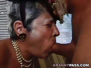 दादी युवा डिक बेकार है